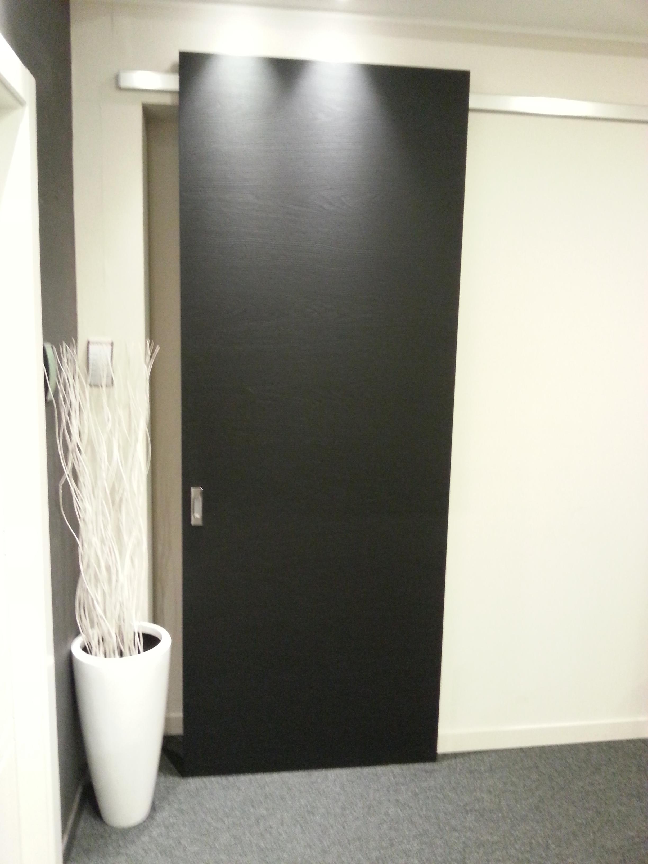 Porta scorrevole esterno muro finitura nero poro aperto - Porta scorrevole esterna muro ...